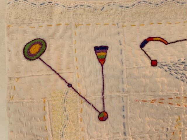 Det blev både kontursöm runt motiven samt linjer som sammanbinder dem till spretiga figurer.